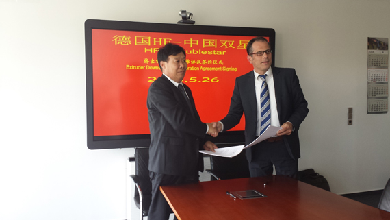 Signing ceremony –left: Mr Liu, Zongliang; Managing Director; Qingdao Doublestar Machinery; right: Mr Dirk Wiegrefe; Director HF Extrusion Technology